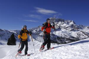 Schneeschuhwanderer auf der Pl‰tzwiese, im Hintergrund die Hohe Gaisl, Hochpustertal, Dolomiten, S¸dtirol, Italien, MR